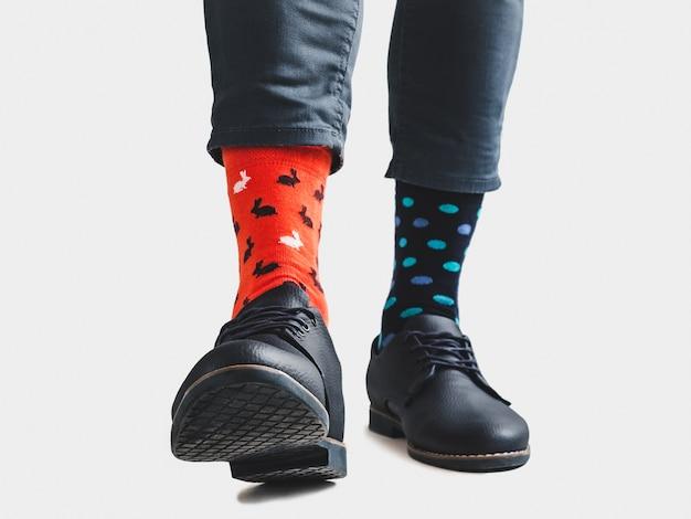 Empresário, sapatos da moda e meias brilhantes e coloridas
