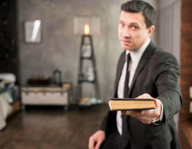 Empresário satisfeito oferecendo livro