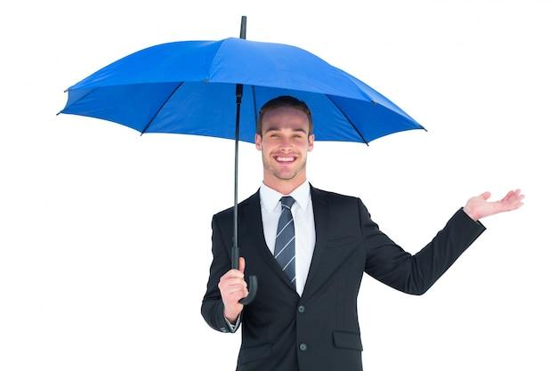 Empresário se abrigando sob o guarda-chuva preto