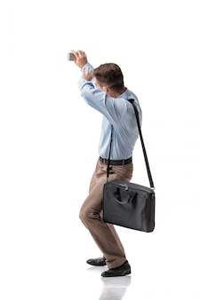 Empresário se afastando e cobrindo as mãos.