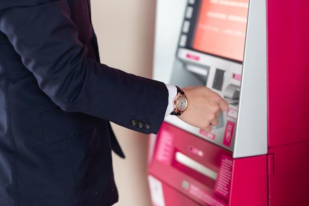Empresário se retirar por dinheiro no caixa eletrônico