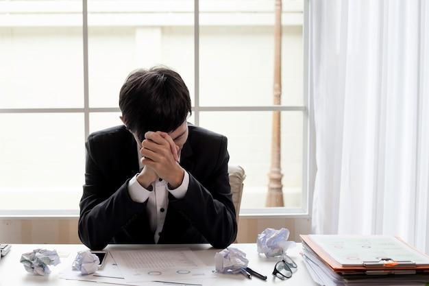 Empresário se sentindo doente e cansado. empresário que se sente estressado fora do trabalho