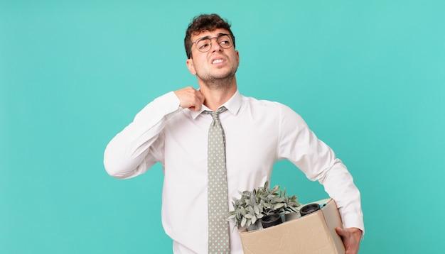Empresário se sentindo estressado, ansioso, cansado e frustrado, puxando o pescoço da camisa, parecendo frustrado com o problema. conceito de demissão