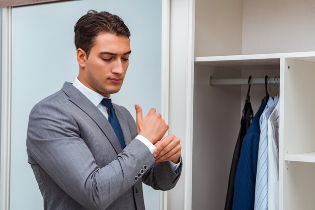 Empresário se vestir para o trabalho