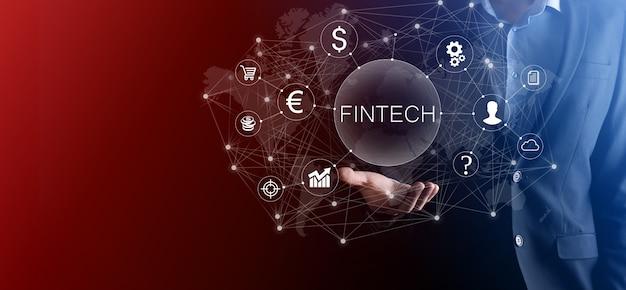 Empresário segura fintech - conceito de tecnologia financeira. pagamento de banco de investimento de negócios. investimento em criptomoeda e dinheiro digital. conceito de negócio na tela virtual.