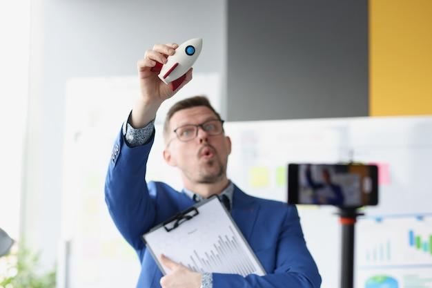 Empresário segura foguetes e inicia a criação do conceito de inicialização