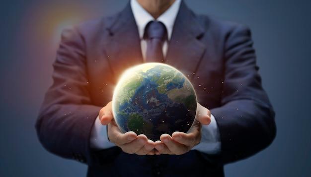 Empresário segura global world. planeta terra na mão do homem de negócios mostra o aquecimento global, salvar o meio ambiente, dia da terra, rede mundial, internet, conceito de mundo de negócios. imagem da terra fornecida pela nasa.