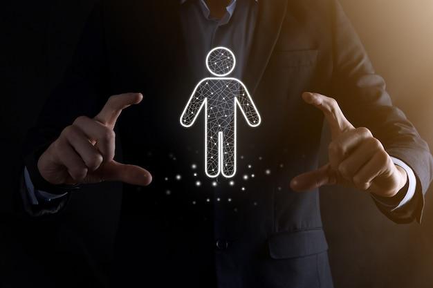 Empresário segura ícone de pessoa homem em fundo de tom escuro