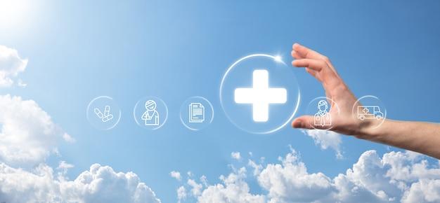 Empresário segura ícones de conexão de rede virtuais e médicos. a pandemia de covid-19 desperta a consciência das pessoas e divulga a atenção sobre seus cuidados de saúde. médico, documento, medicamento, ambulância, ícone do paciente.
