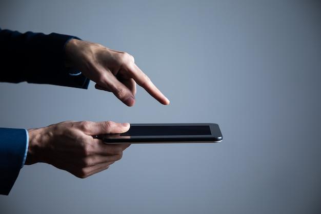 Empresário segura tablet na mão