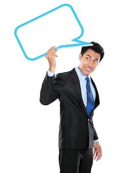 Empresário segurando a bolha de texto em branco sobre a cabeça