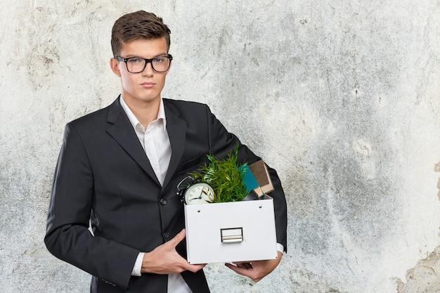 Empresário segurando a caixa com pertences pessoais