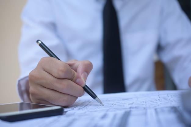 Empresário, segurando a caneta escrevendo no documento em papel trabalhando, close-up mão escrever papelada
