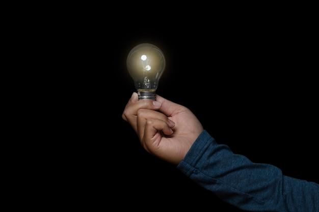 Empresário segurando a lâmpada. conceito de ideia com inovação e inspiração