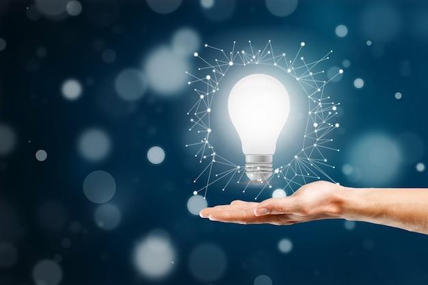 Empresário segurando a lâmpada. conceito de ideia