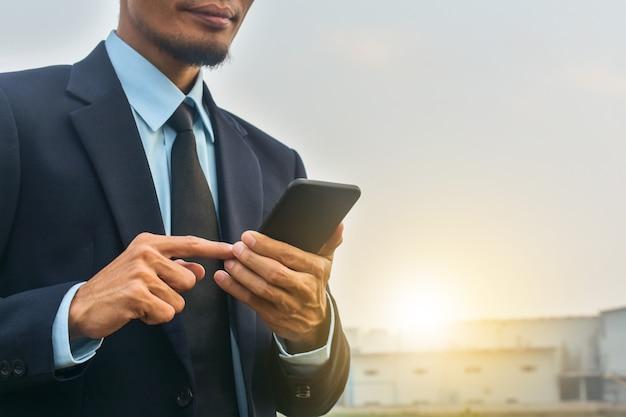 Empresário, segurando a tecnologia de telefone celular celular