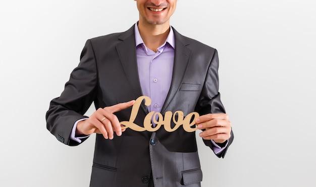 Empresário segurando amor no conceito de amor