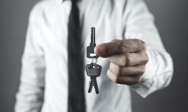 Empresário segurando as chaves. conceito de negócios