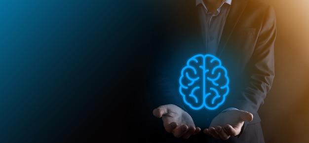 Empresário segurando cérebro abstrato e ferramentas de ícone, dispositivo, comunicação de conexão de rede do cliente em tecnologia futura de desenvolvimento inovador virtual, ciência, inovação e conceito de negócio