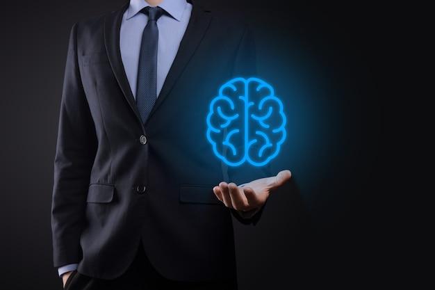 Empresário segurando cérebro abstrato e ferramentas de ícone, dispositivo, comunicação de conexão de rede do cliente no conceito de tecnologia, ciência, inovação e negócios futuros de desenvolvimento inovador e virtual.