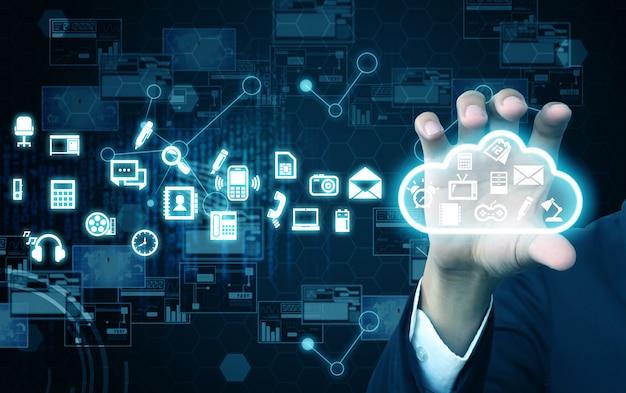 Empresário segurando computação em nuvem