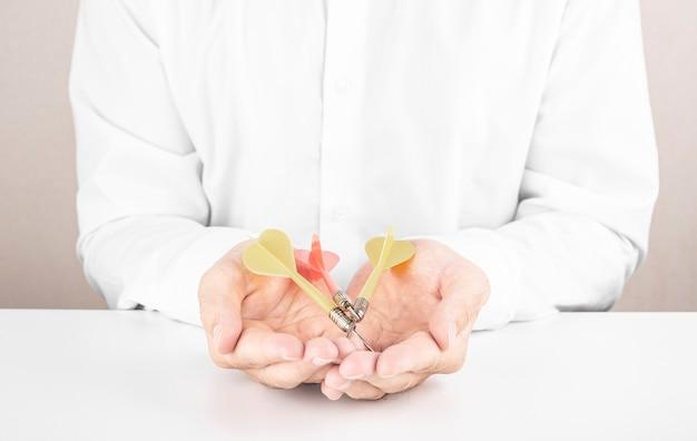 Empresário segurando dardos