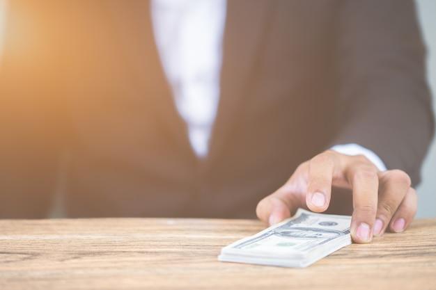 Empresário segurando dinheiro notas de dólar. corrupção de negócios, suborno. com espaço de cópia para você
