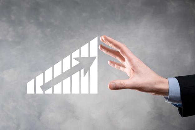 Empresário segurando gráfico de crescimento e aumento de indicadores positivos de gráfico em seu negócio. conceito de investimento. analisando dados de vendas e economia, estratégia e planejamento, digital e mercado de ações