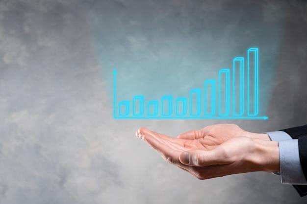 Empresário segurando gráfico de crescimento e aumento de indicadores positivos de gráfico em seu negócio. conceito de investimento. analisando dados de vendas e economia, estratégia e planejamento