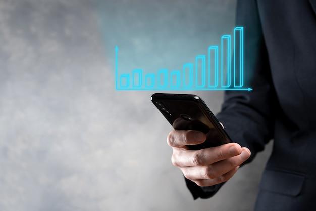 Empresário segurando gráfico de crescimento e aumento de indicadores positivos de gráfico em seu negócio. investimento até análise de dados de vendas e estratégia econômica e planejamento marketing digital e estoque