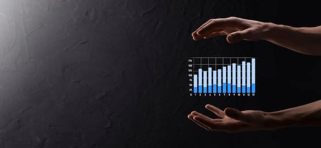 Empresário segurando gráfico de crescimento e aumento de indicadores positivos de gráfico em seu negócio