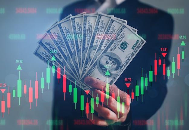 Empresário segurando monte de dólares. conceito de investimento financeiro.
