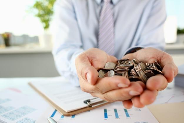 Empresário segurando muitas moedas