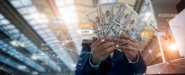 Empresário segurando notas e câmbio de moeda de investimento, mercado de ações bancário e financeiro