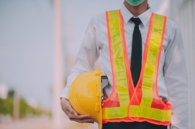 Empresário, segurando o capacete, construção de projeto imobiliário
