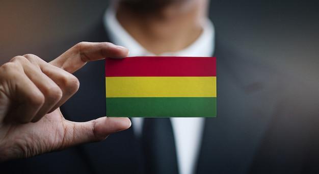 Empresário segurando o cartão da bandeira da bolívia