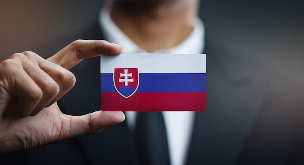 Empresário segurando o cartão da bandeira da eslováquia