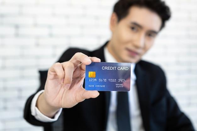 Empresário, segurando o cartão de crédito