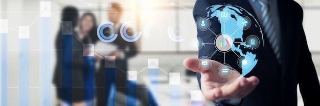 Empresário, segurando o globo digital