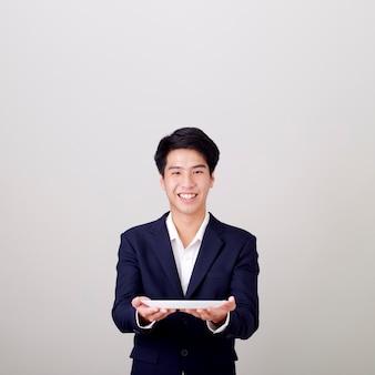 Empresário, segurando o prato vazio