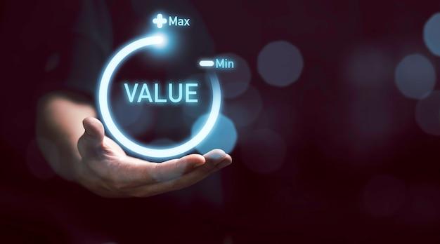 Empresário segurando o progresso do ícone de download virtual para aumentar o valor agregado ao conceito de produto e serviço de negócios.