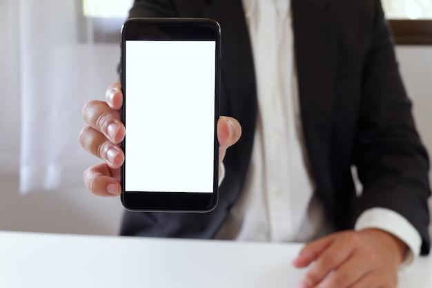 Empresário segurando o smartphone copie o espaço