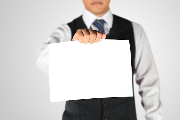 Empresário segurando papel em branco