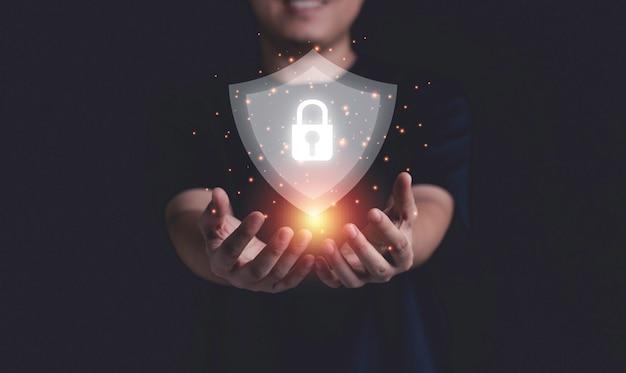 Empresário segurando segurança cibernética e proteção do sistema de rede de tecnologia da informação.