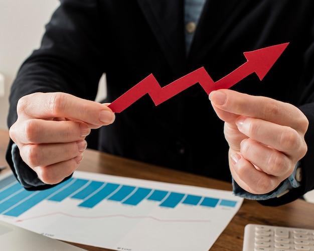 Empresário segurando seta de crescimento