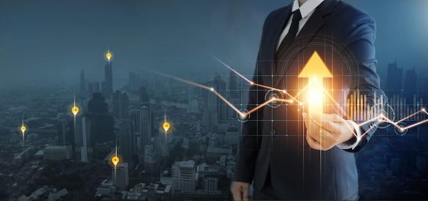 Empresário segurando seta e gráfico de crescimento de planejamento estratégico de investimento e financeiro de negócios