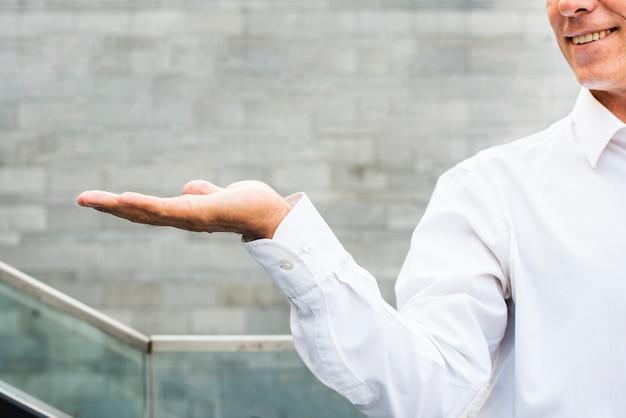 Empresário, segurando sua mão fora close-up