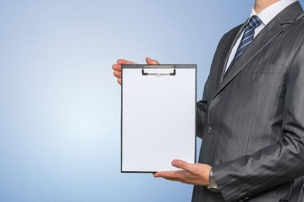 Empresário segurando um arquivo