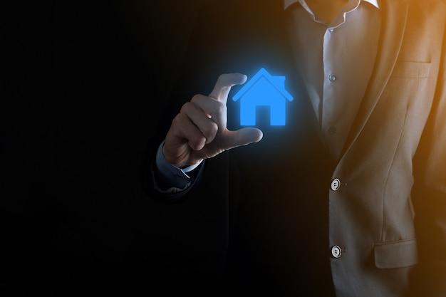 Empresário segurando um ícone de casa