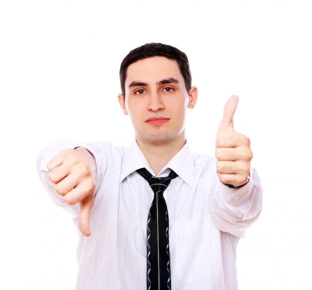 Empresário segurando um polegar para cima e outro para baixo